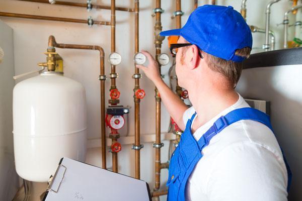 Öljypolttimen huollossa tarkastetaan huolellisesti kaikki osat